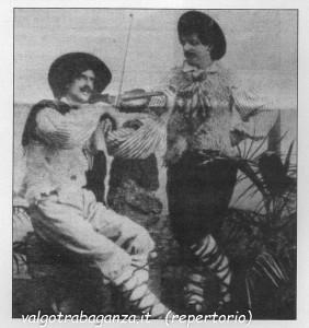 A destra Antonio Franchi in un fantasioso costume