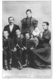 """Stoccolma 1895 famiglia Franchi del Cerreto: in alto da sinistra Giuseppe Franchi detto """"Pinò"""", accanto la figlia Luigia """"Gigina"""", moglie di Antonio Bricca """"Mantovan"""", primo da sinistra Luigi (""""Gigin""""), secondo Antonio Franchi, ultima a destra la moglie Virginia Lunardini """"di Gobbi""""."""