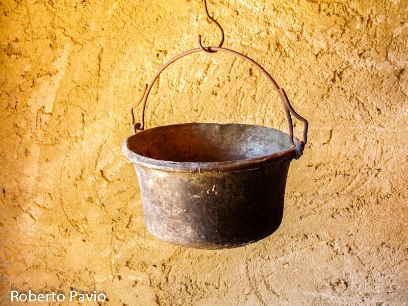 Paiolo in dialetto ram una pentola utilizzata in - Oggetti in rame per cucina ...